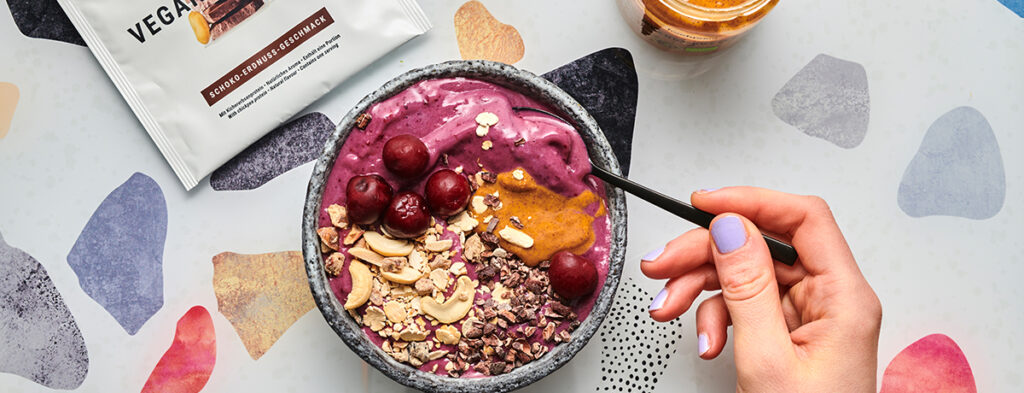 Schoko-Erdnuss-Kirsch Smoothie Bowl