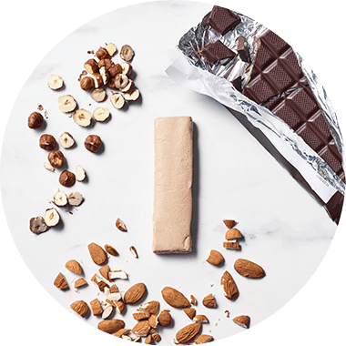 Athlet genießt foodspring Protein Bar